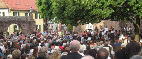Chor und Publikum bei der Serenade 2012 Ladenburg